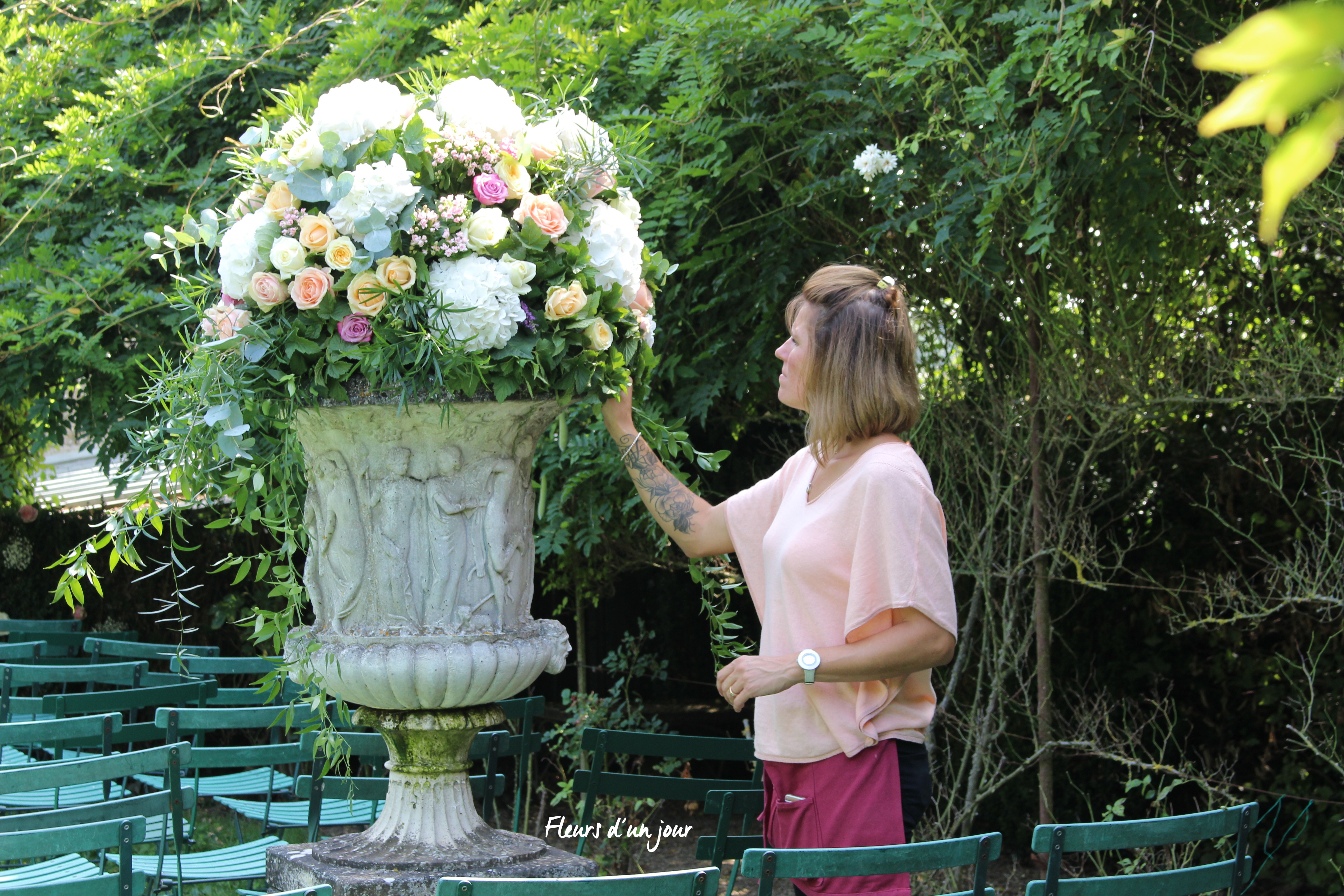 composition florale vase mécidis roseraie au chateau de Vallery Mariage au chateau de Vallery Cérémonie laïque au chateau de Vallery décoration florale fleuriste chateau de Vallery Fleurs d'un jour