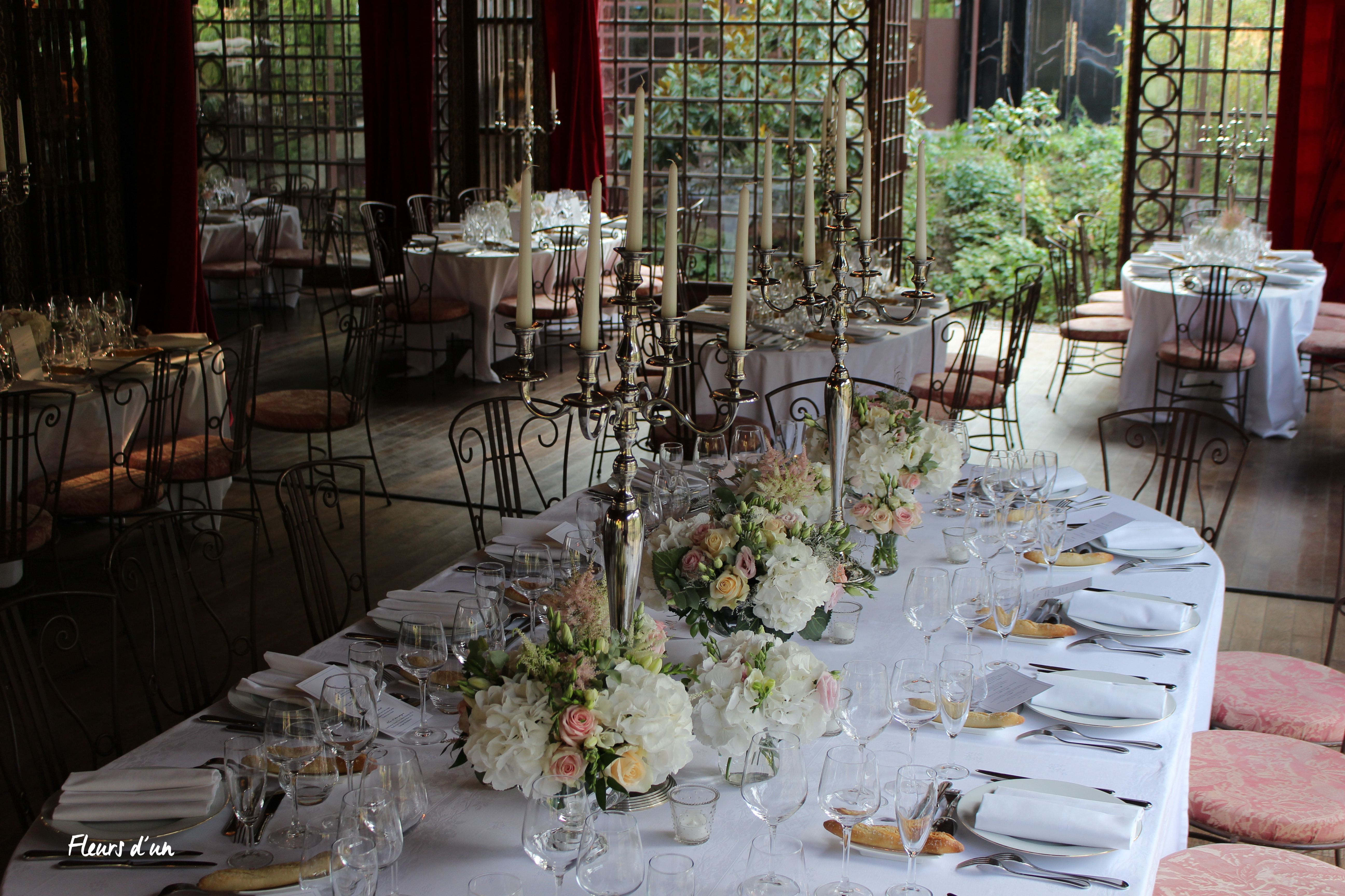 chandelier table mariage, château de Vallery, salon des musiques, décoration florale, mariage,