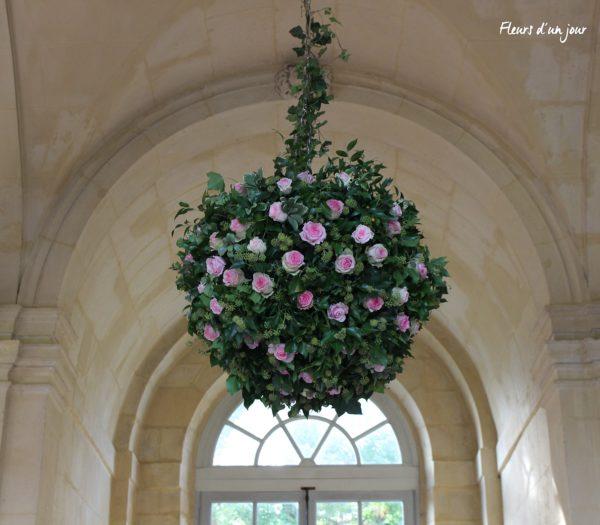 Boule de fleurs grande galerie château de Vallery mariage château de Vallery grande galerie château de Vallery décoration florale fleuriste château de Vallery fleurs mariage fleurs d'un jour