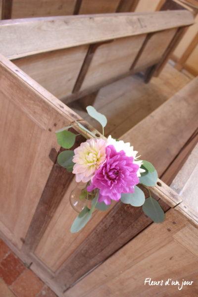 Bout de banc église mariage château de Vallery décoration florale fleurs mariage décoratrice fleuriste fleurs d'un jour