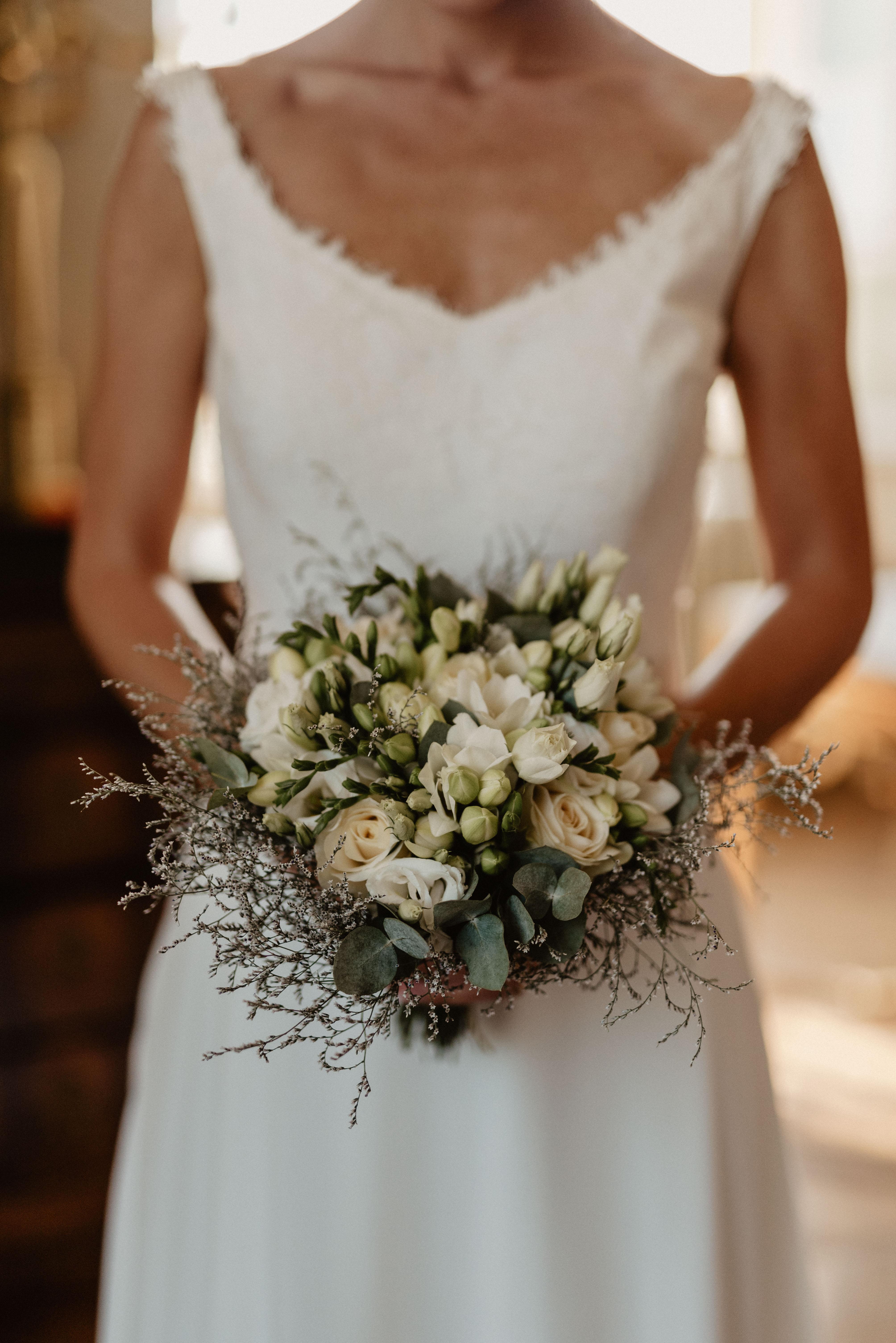 Bouquet de mariée chateau de Vallery cérémonie laïque arche mariage fleuriste mariage chateau de Vallery Paris décoration florale fleurs mariage mariage fleurs d'un jour